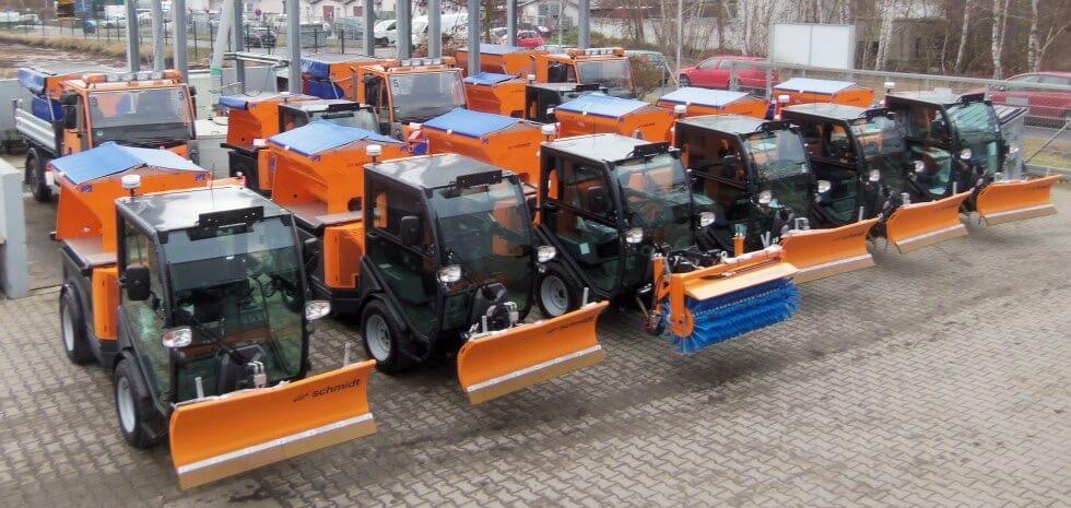 Mehrere Multigo 150 Fahrzeuge stehen nebeneinander und bilden den Fuhrpark der FAM Hausmeister Dienste GmbH